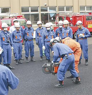 資器材の使い方の講習を受ける消防団員