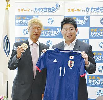 メダルを掲げる後藤選手と福田市長
