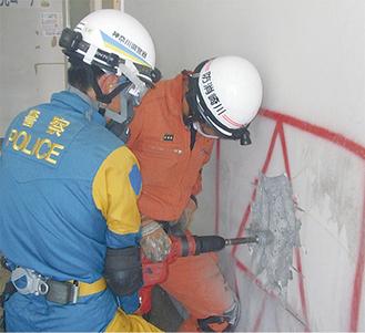 壁を破壊し救助に向かう署員