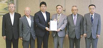 福田市長(左から3番目)に要望書を手渡す経済、観光団体関係者