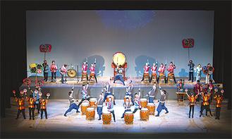 1300人の観客に演奏を披露する梨の木太鼓