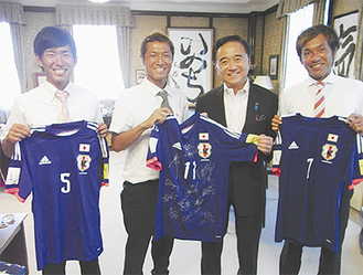 黒岩知事と記念撮影する(左から)原口選手、後藤選手、田畑選手