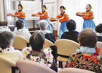 フラダンスを披露する小倉フラサークルのメンバー