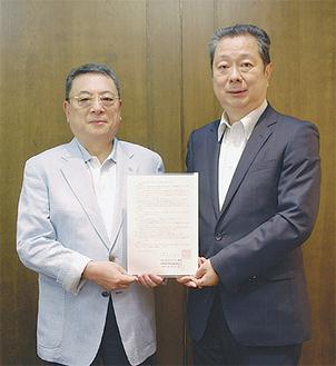 川崎市との協定書を持つ鳥海理事長と中原屋葬祭センターの原利成代表取締役(左)