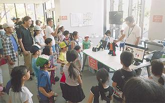 ロボットの作りを学ぶ子どもたち