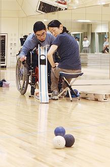 メガロスのスタジオで練習する和田さんとサポートする母の明子さん