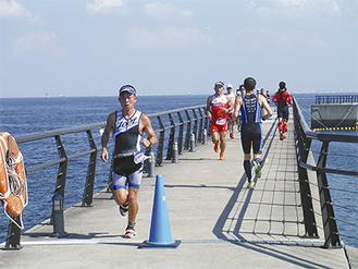 水泳、自転車を終えてランニングに挑む参加者