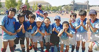 五郎丸選手のポーズを決める子どもたち