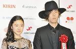 スポニチ新人賞の藤野涼子さんと野田洋次郎さん