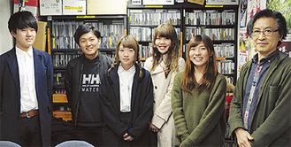 (左から)増井さん、斎藤さん、佐藤さん、田中さん。写真撮影担当の河田夏帆さん。福冨教授=10日