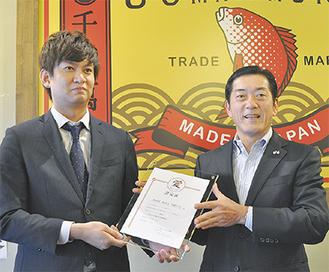 認定証を受け取る石川代表取締役(左)と中村愛媛県知事