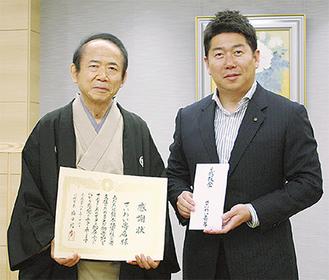 感謝状を手にする清流亭いしあたまさん(左)と福田市長