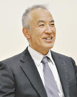 笑顔で抱負を語る元山義郎会長
