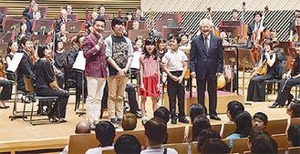 指揮者体験を終え、笑顔を見せる参加者