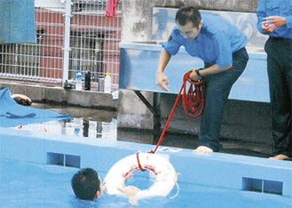 溺れた人を助ける練習をする署員