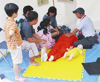AED講習を受ける参加者(昨年)