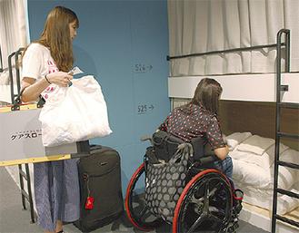 宿泊室を確認する矢嶋さん(右)と同ホテルスタッフ