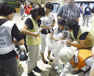 昨年、宮前区で行われた総合防災訓練(応急救護訓練)=市提供