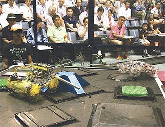 巧みな操作で激闘するロボット