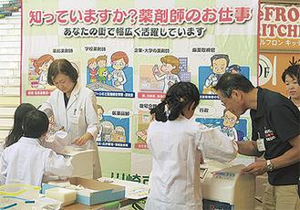 薬剤師の仕事を体験する子ども(昨年)