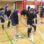 足の踏み切り方を教える古賀選手