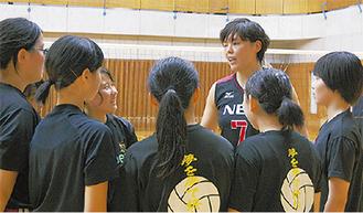 ゲームを前に参加者にアドバイスをする島村選手