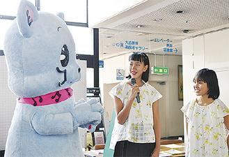 (左から)初登場したタマメロニャンと作者の鈴木さん、岡さん