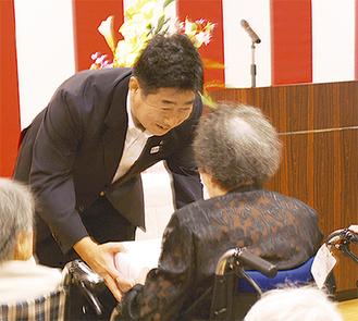 祝いの饅頭を贈る福田市長