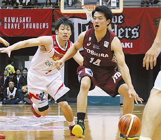 攻撃の起点、辻直人選手(右)