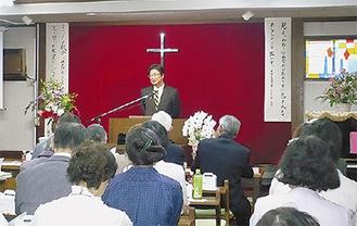 講話を行う同教会出身の牧師