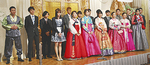華やかな民族衣装などを着て壇上に上がる新成人