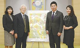 福田紀彦市長にも概要を報告(右から丹呉さん、福田市長、佐藤実行委員長、八木橋さん)