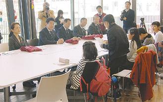 意見交換を行う行政関係者と子ども議会