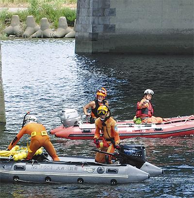 多摩川で水難救助合同訓練