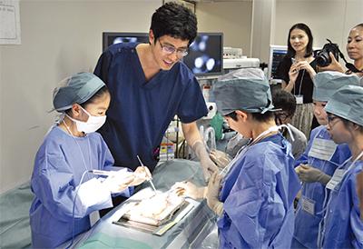 児童が外科手術を体験
