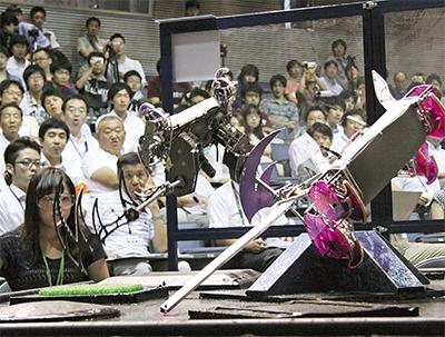 ロボット同士の戦いに歓声