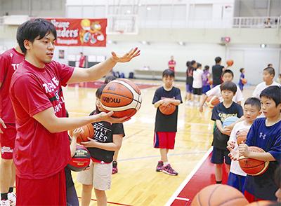 東芝選手がバスケ指導