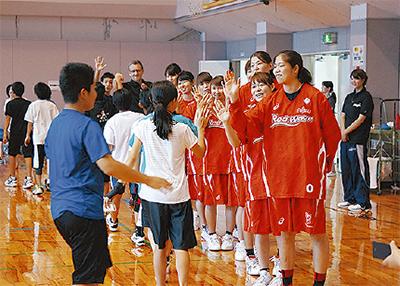 選手がバスケ指導