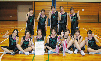 メダルを胸に笑顔を見せるメンバー。優勝トロフィーは校内に飾られている