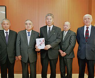 小星副市長に手渡す伊藤組合長(中央左)