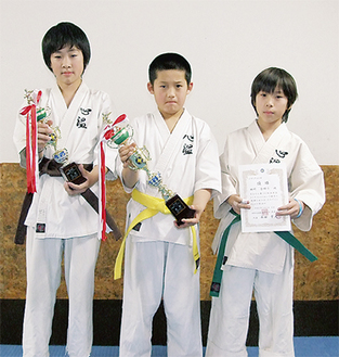 好成績を収めた(左から)東野くん、田所くん、吉田くん