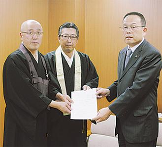 市長へ要望書を提出する津田会長(左)と自見会長(中央)