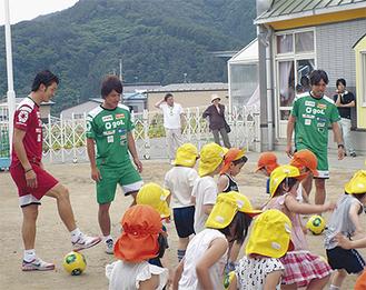 子どもたちは元気にボールを追いかけた
