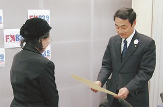 賞状を手渡す飯田区長
