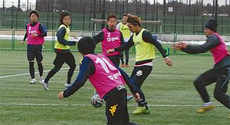 開幕へ向け、練習にも熱がこもる=2月28日、綾瀬スポーツ公園