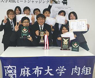坂田教授(=中央)を囲んで喜びを見せるチーム