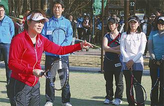 参加者に親身にアドバイスした杉山さん(左)=23日、淵野辺公園テニスコート