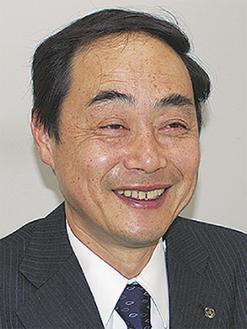 笑顔で答える飯田区長