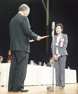 日本商工会議所・三村明夫会頭から表彰状を受ける猪熊会長=2日、神戸ポートピアホール