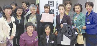 前列左が録音奉仕会代表の安藤さん、右が相模女子大学の伊藤光里さん。後列中央が代表の山崎さん。3人を囲むのはソロプチミスト相模のメンバー